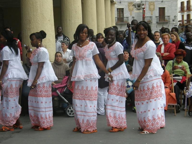 Senegaldar emakume taldea dantzan.