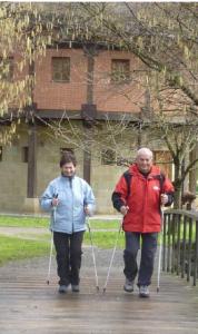 Jendea Nordic Walking teknika praktikatzen. Argazkia: nordicwalkinggunea