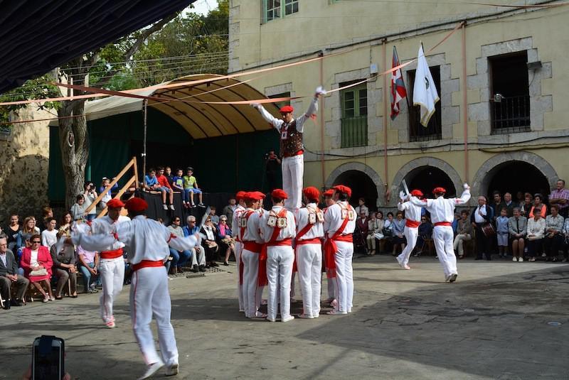 Zerutxu dantza taldea Xemeingo Ezpata Dantza dantzatzen, gaur goizean, Arretxinagako plazan.