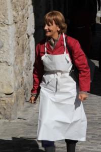 Elena Irureta aktorea, Mutrikuko kofradia parean.