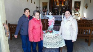 Mª Rosa Robles, Maribel Goikoetxea eta Begoña Goikoetxea San Andres auzoko ermitan.