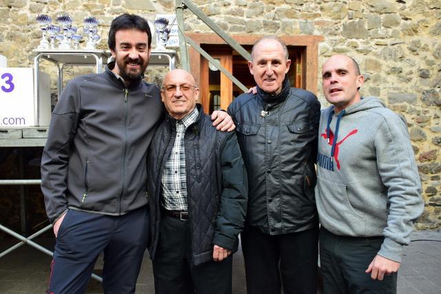 Jose Mari Aranbarri 'Egia' eta Martin Iriondo Ondarroako Atletismo Taldeko kideekin.