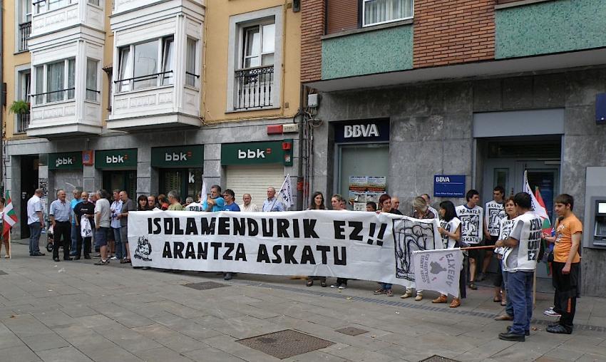 Arantza Zuluetaren isolamendua salatzeko elkarretaratze bat, Lekeition.