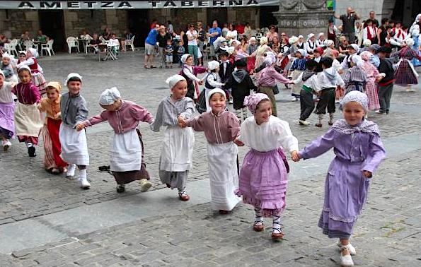 Dantzari gazteak orain bi urteko Euskal jaian dantzan