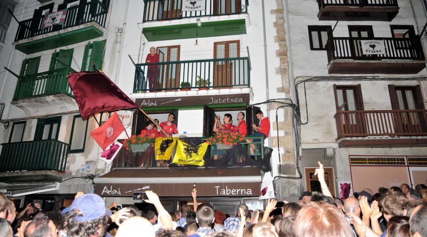 Ondarroako arraunlariak, Hondarribiko bandera irabazita, Alaiko balkoian