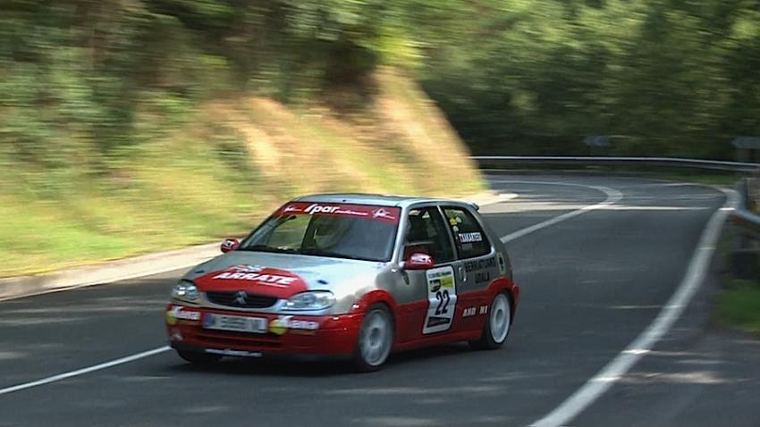 Auto bat San Miguel igotzen 2011ko San Miguel Rallysprintean. Argazkia: Josu Arrate