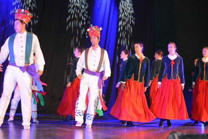 Zerutxu dantza taldeko nagusiak Luzaideko dantzak dantzatzen.