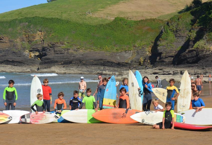 VII. Surf Eguneko Txiki Surf Txapelketako parte hartzaileak. Argazkia: Artzabal