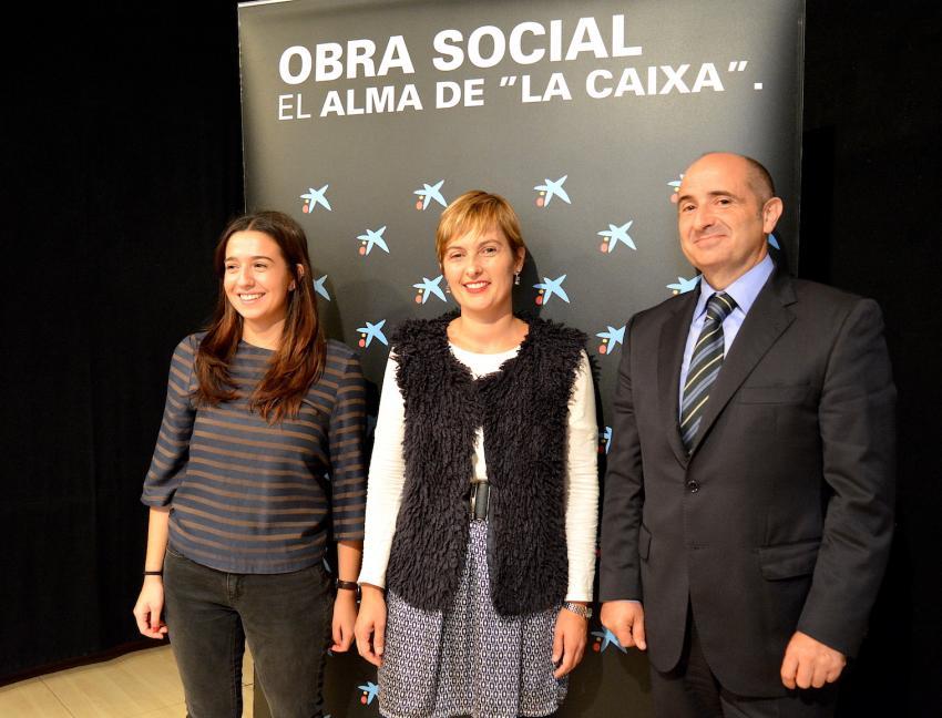 Eider Etxebarria BiziPoz kooperatibako kidea, Amaia Antxustegi zinegotzia eta Joseba Argoitia Caixaren Gizarte Ekintzako arduraduna.