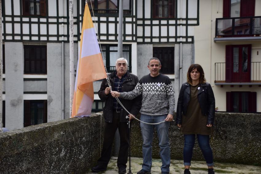 Mario Feijoo, Zunbeltz Bedialauneta eta Eneritz Basurko bandera eskuetan