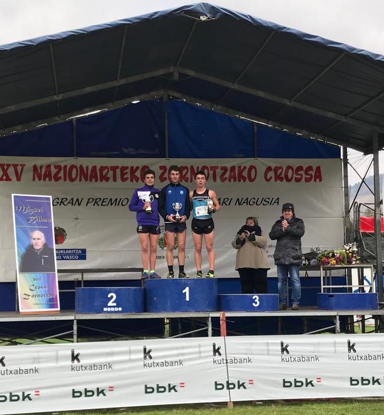 Jonan Bilbao Omaetxebarria (eskuinean) Zornotzako podiumean.