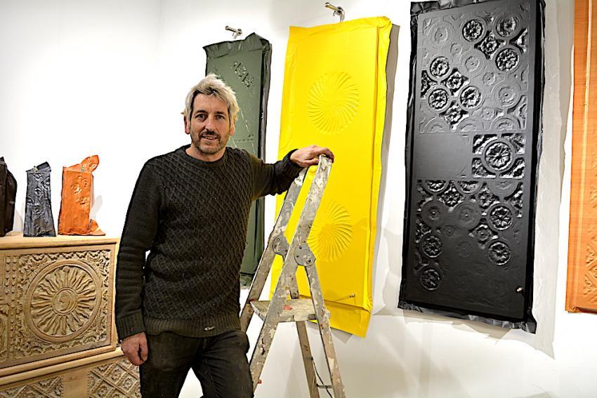 Jose Pablo Arriaga artista 'Hutsean' erakusketa prestatzen.