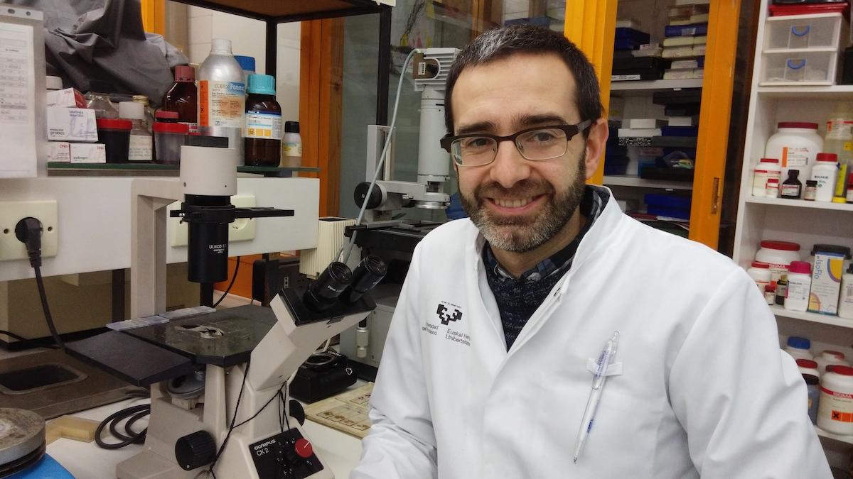 Iker Badiola laborategian, artxiboko irudian. Argazkia: Iker Badiola