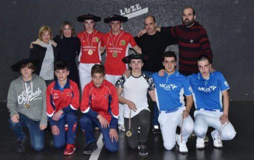 Kadete eta gazte mailako finalistak, Berriatuko Zesta Eskolako arduradunekin. Argazkia: Euskadiko Euskal Pilota Federakuntza.