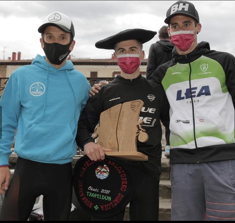 Amandarriko Beñat Arnaiz Euskadiko Duatloi Txapelketaren podiumean